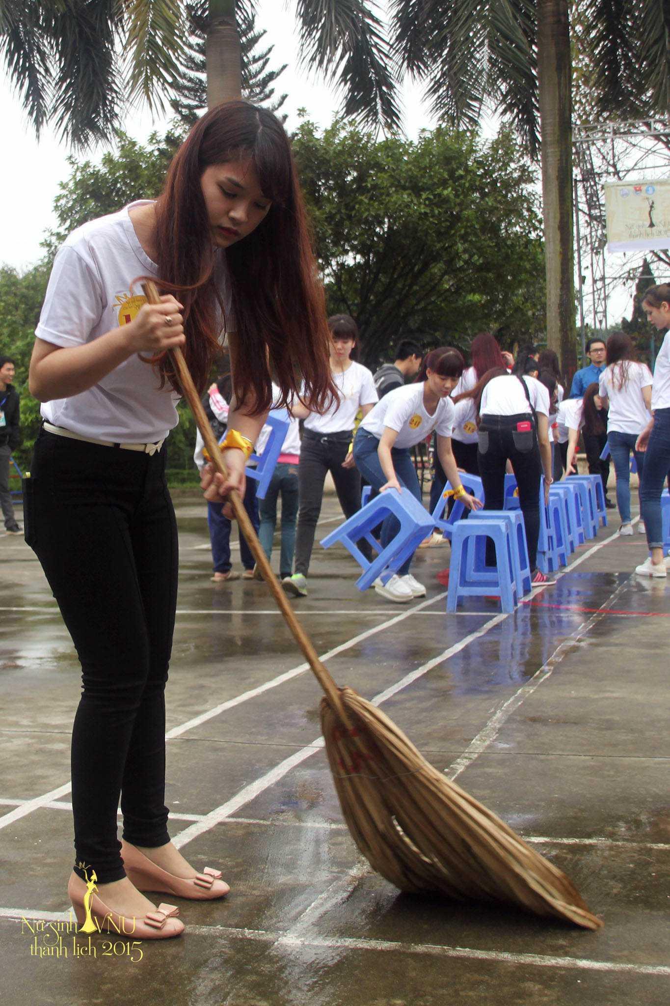 Các nữ sinh xinh xắn nhanh chóng bắt tay vào công việc dọn dẹp