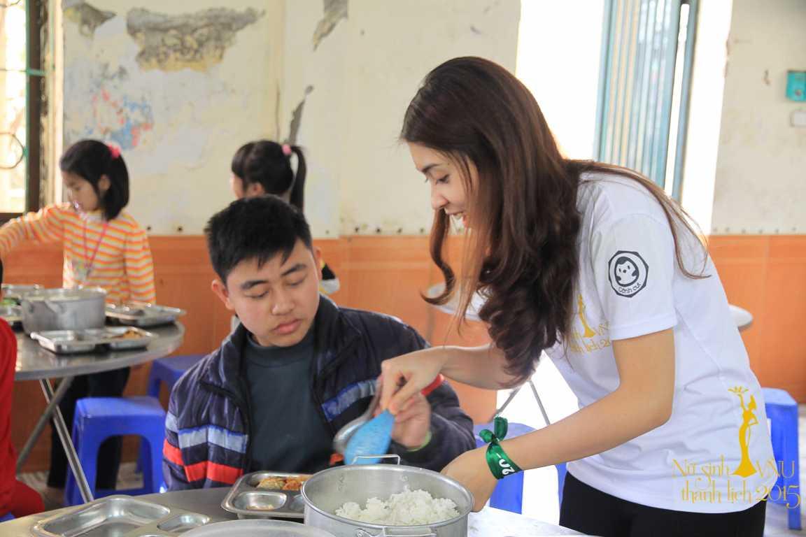 Chăm sóc bữa cơm trưa cho các em nhỏ thiệt thòi