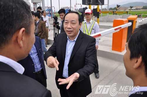 Thứ trưởng Bộ GTVT Nguyễn Hồng Trường kiểm tra hệ thống thu phí tự động không dừng (Ảnh: Minh Chiến)