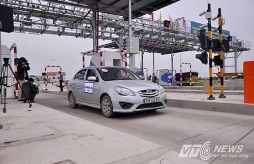 Xe ô tô đi qua trạm thu phí tự động không dừng ở Quảng Bình (Ảnh: Minh Chiến)
