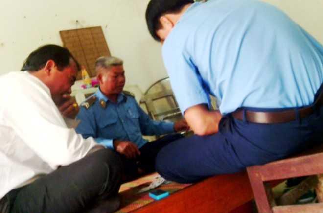 Cảnh đánh bạc tại Đội Thanh tra giao thông số 3. Ảnh: Cắt từ clip người dân cung cấp.