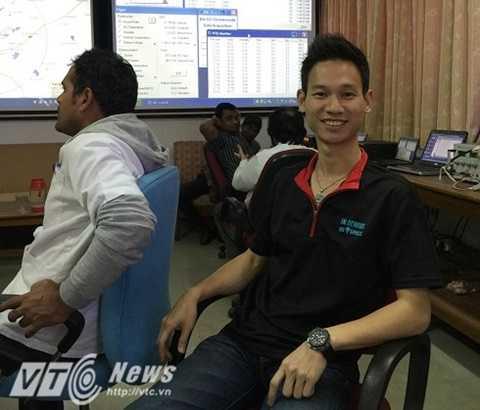 Phạm Gia Vinh tại phòng điều khiển bay thử nghiệm phi thuyền ở                Hyderabad, Ấn Độ