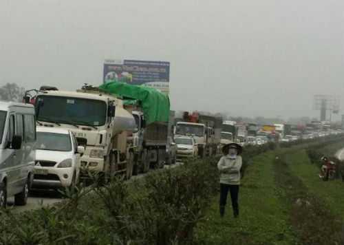 Vụ tai nạn đã khiến quốc lộ 1B bị ùn tắc kéo dài.
