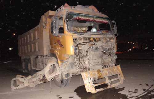 Đầu xe tải hư hỏng nặng. Ảnh: T. Hóa.