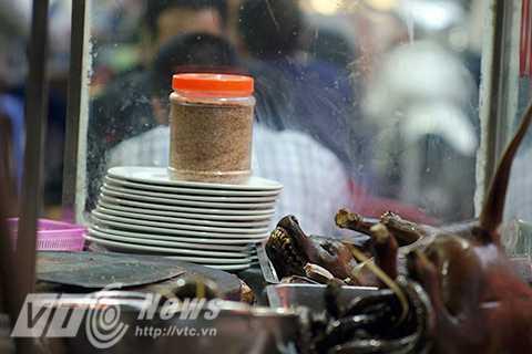 Giá của mỗi một kg thịt chó trung bình khoảng 100.000 VNĐ, và là món ăn nhậu khoái khẩu của đàn ông Việt Nam