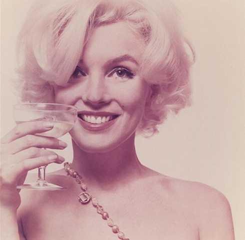 Marilyn Monroe có tên khai sinh là Norma Jeane Mortensen, bà sinh ngày 1/6/1926. Marilyn Monroe bước vào cuộc hôn nhân đầu tiên khi mới 16 tuổi.