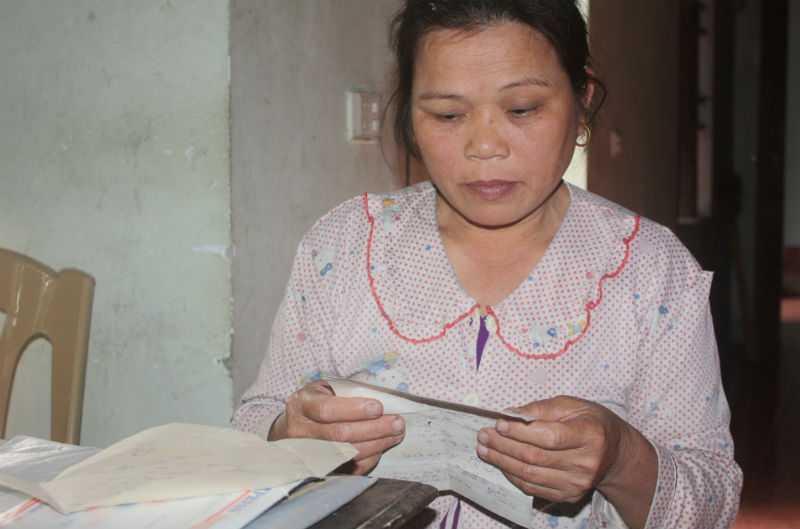 Chị Trần Thị Ninh và những kỷ vật từ người chồng liệt sỹ, được chị nâng niu, gìn giữ như báu vật suốt hàng chục năm qua. Chị cùng mừng rỡ đến mất ngủ khi biết Bộ trưởng quan tâm đặc biệt đến con gái và gia đình.