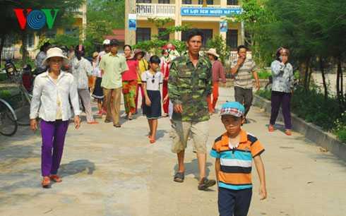 Nhiều phụ huynh ở thôn Nam Phổ Hạ, xã Lộc An, huyện Phú Lộc cho con em nghỉ học để phản đổi việc chuyển trường tiểu học Nam Phổ Hạ