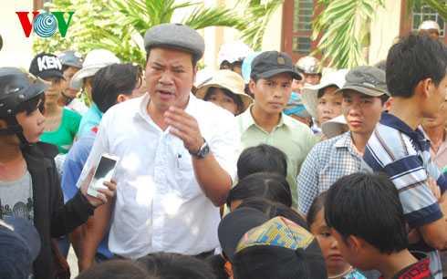 Ông Nguyễn Văn Mạnh, Chủ tịch UBND huyện Phú Lộc, tỉnh TT Huế có mặt tại trường tiểu học Nam Phổ Hạ giải thích việc chuyển trường với phụ huynh học sinh