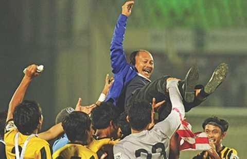 HLV Ismail Razip được các cầu thủ tung hô sau khi cùng U-23 Malaysia vô địch Gold Cup 2015