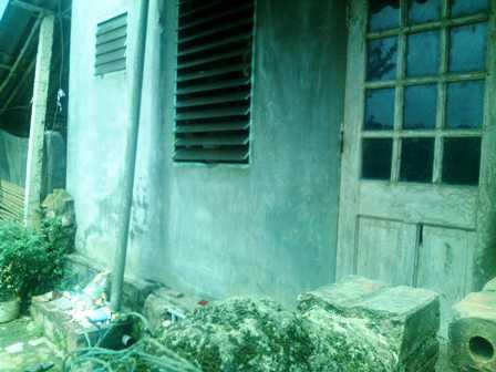 Lối cửa sau ngôi nhà của nạn nhân.