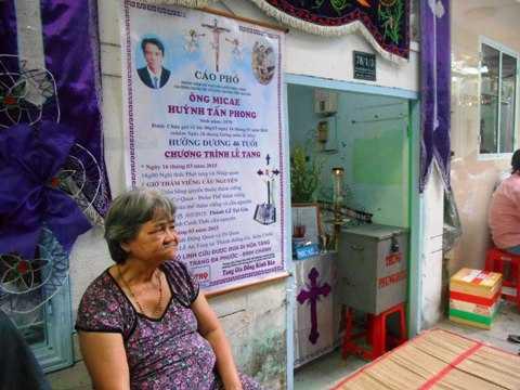 Mẹ anh Phong buồn bã trong đám tang con trai cả. Ảnh:Phan Cường