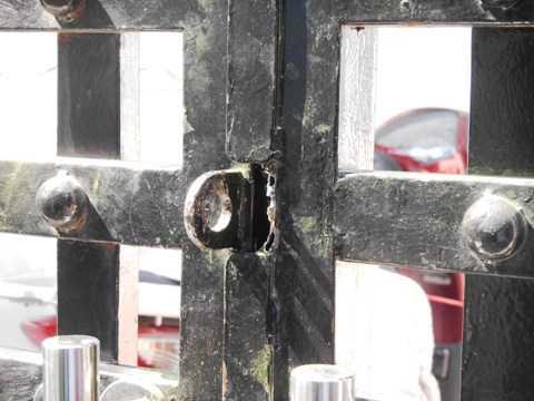 Cánh cửa nhà trọ bị bọn trộm cắt gẫy một bên. Ảnh:Phan Cường