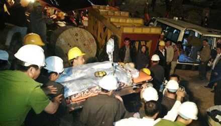Giải cứu nạn nhân vụ sập hầm thủy điện.