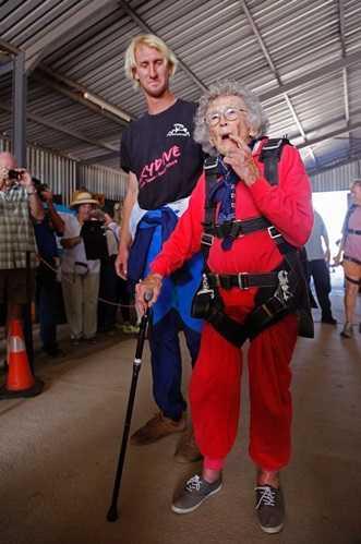 Cụ Georgina Harwood trước khi lên máy bay