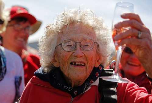 Sau khi tiếp đất, cụ cùng mọi người chúc mừng bằng một ly rượu vang