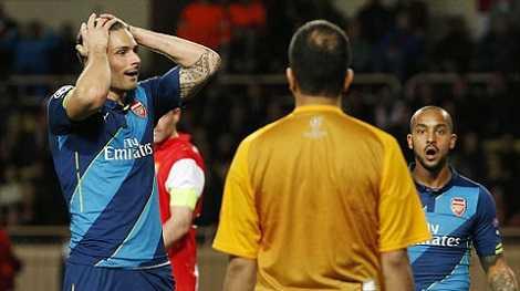 Giroud phung phí quá nhiều cơ hội ở cả hai lượt trận