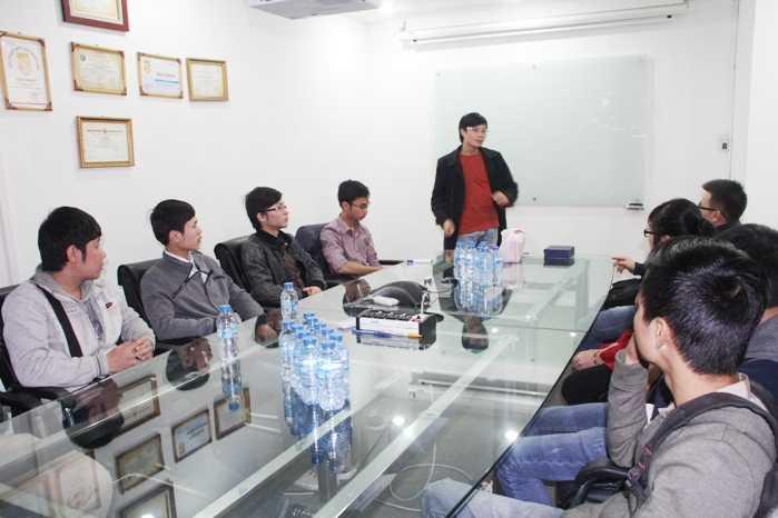 Giang Thiên Phú chia sẻ bí quyết thành công với các sinh viên Aprotrain Aptech                (Ảnh: Phạm Thịnh)