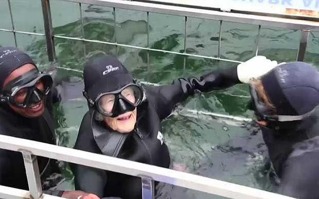 Cụ bà Georgina Harwood bơi cùng cá mập ở tuổi 100