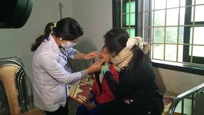 Bé Hồ Thị Ngần được bác sỹ khám
