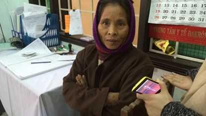 Bà Hồ Thị Yến đi khám tại Trạm y tế vì không còn tin vào hủ tục