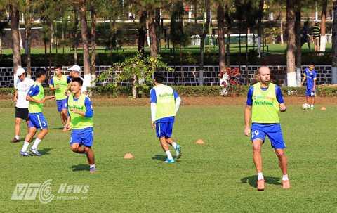 Cosmin Goia (trái) sẽ được cho nghỉ sau khi lượt đi kết thúc (Ảnh: Minh Trần)