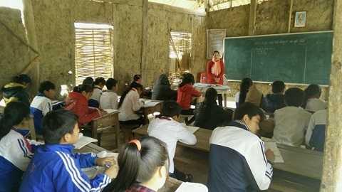 Nhiều học sinh ở Trường THCS Chiềng Sơ, Sơn La hiện vẫn đang phải học trong các phòng học tạm bằng nhà tranh vách đất