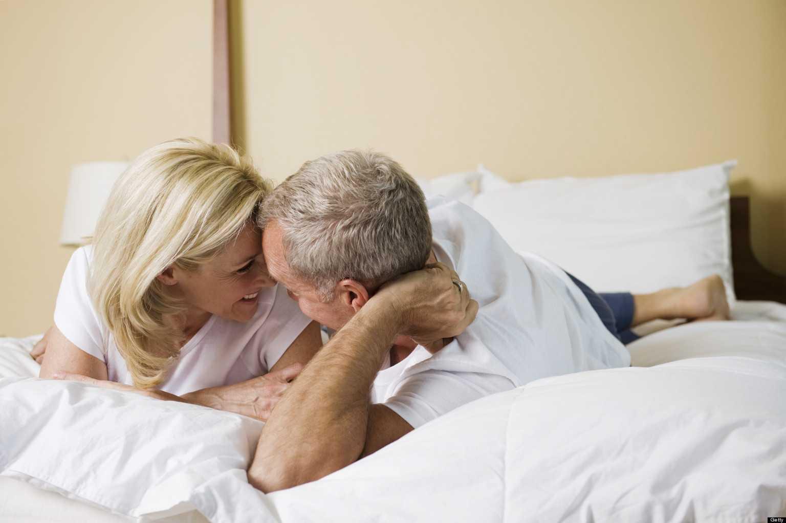 """59% các cặp trung niên nói rằng """"chuyện ấy"""" thú vị hơn rất nhiều so với lúc họ còn trẻ."""