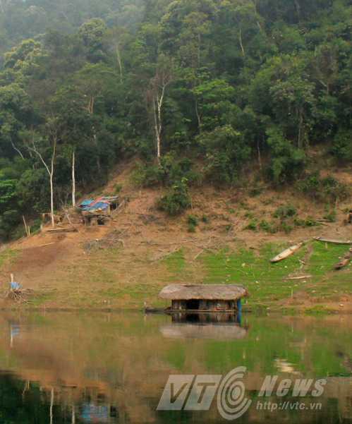 Căn lều và nhà nổi của anh Hoản trên hồ Na Hang, nơi anh giáp mặt hổ