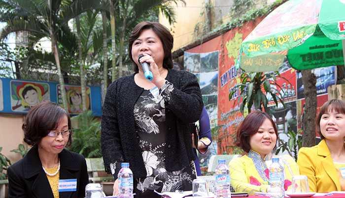 Cô Nguyễn Thị Thuận - hiệu trưởng THCS Tô Hoàng (Hà Nội) cũng được rất nhiều học sinh nhờ tư vấn (Ảnh: Phạm Thịnh)