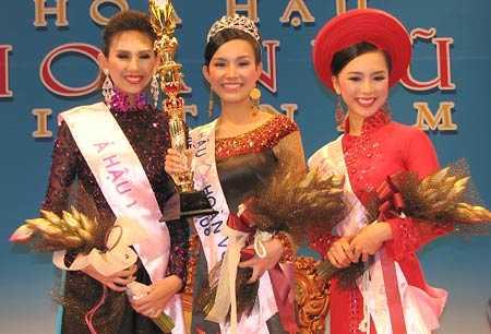 Hoa hậu Thùy Lâm và hai Á hậu Hoàng Yến (trái), Thiên Lý tại cuộc thi Hoa hậu Hoàn vũ Việt Nam 2008. Ảnh: Nhiêu Huy.
