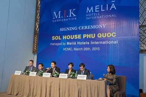 Ông Michael Dang - Tổng Giám Đốc M.I.K Corporation trả lời các đơn vị truyền thông vế Sol House Phú Quốc resort & định hướng phát triển M.I.K trong tương lại tại Phú Quốc.