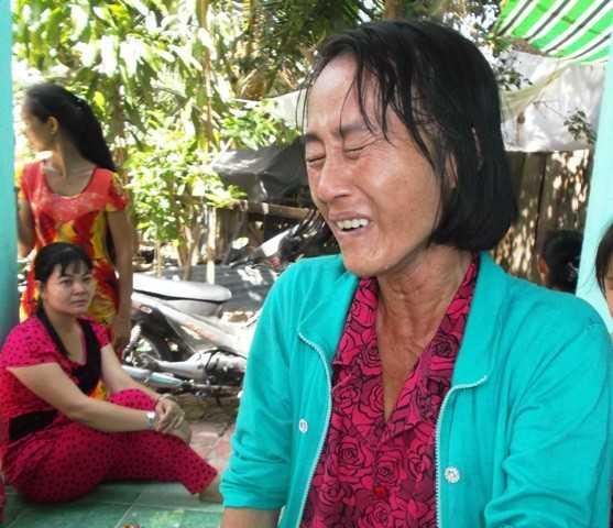 Vợ nạn nhân khóc nghẹn khi nhắc đến chồng.