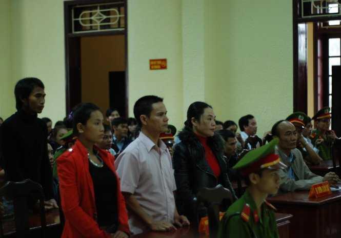 Bị cáo Nguyễn Thị Thuận được dẫn đến phiên tòa - Ảnh: Quốc Nam