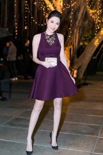 Thủy Anh chọn chiếc váy màu tím nổi bật khoe đôi chân dài thon thả cùng vẻ ngoài tươi tắn.