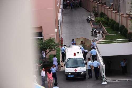 Xe cứu thương đến đưa thi thể nạn nhân nhảy lầu tự tự tại bệnh viện Từ Dũ đi khám nghiệm tử thi