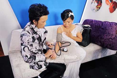 Hoài Linh rất tận tình chăm sóc cho Thái Trân.