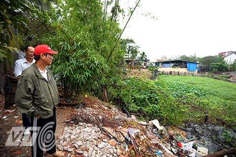 Con mương tù đọng nằm dọc khu dân cư, sát cạnh nhà dân của phường Tứ Liên