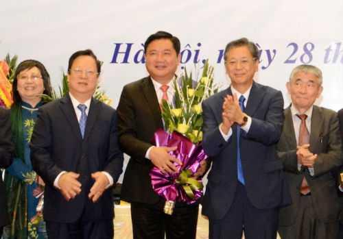 Chủ tịch Liên hiệp các tổ chức hữu nghị Việt Nam Vũ Xuân Hồng, Đại sứ Nhật Bản tại Việt Nam Hiroshi Fukada tặng hoa chúc mừng Bộ trưởng Bộ GTVT Đinh La Thăng được bầu làm Chủ tịch hội Hữu nghị Việt - Nhật.