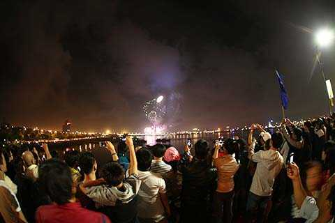 Tối 28/3, hơn 2.000 quả pháo hoa tầm thấp từ 4 điểm trên khắp TP Đà Nẵng đã được bắn lên chào mừng sự kiện 40 năm Ngày giải phóng thành phố.