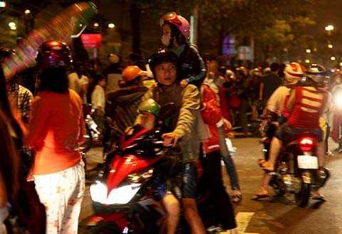 Người dân Đà Nẵng háo hức đi xem pháo hoa kỷ niệm 40 năm ngày thành phố giải phóng