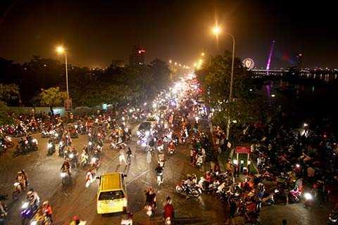 Dòng người tiếp tục đổ ra đường ăn mừng 40 năm ngày Đà Nẵng giải phóng