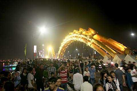 Người dân đổ về cầu Rồng mỗi lúc một đông để ngắm màn bắn phóa hoa đầy ấn tượng