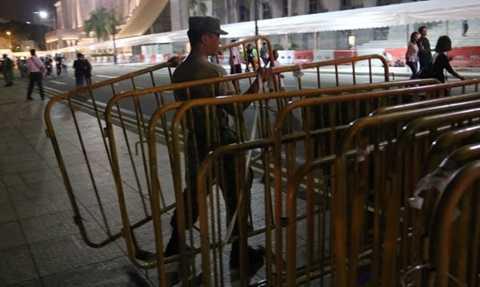 Binh lính dọn rào chắn quanh tòa nhà Quốc hội Singapore - Ảnh: CNA
