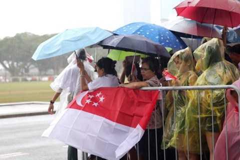 Bất kể trời mưa, người dân Singapore xếp hàng tiễn cố Thủ tướng Lý Quang Diệu lần cuối  - Ảnh: CNA
