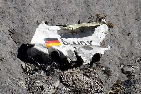 Mảnh vỡ máy bay Germanwings trên dãy núi Alps của Pháp