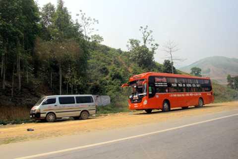 Xe khách cũng tự ý dừng đỗ ven đường.