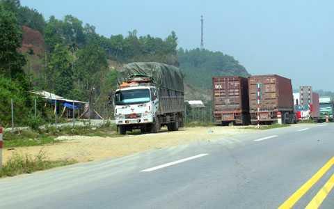 Dân phá rào hộ lan mở quán, xe tải, xe khách ngang nhiên dừng đỗ vi phạm bất chấp toàn tuyến cao tốc đã được bố trí 5 trạm dừng nghỉ có đầy đủ dịch vụ.