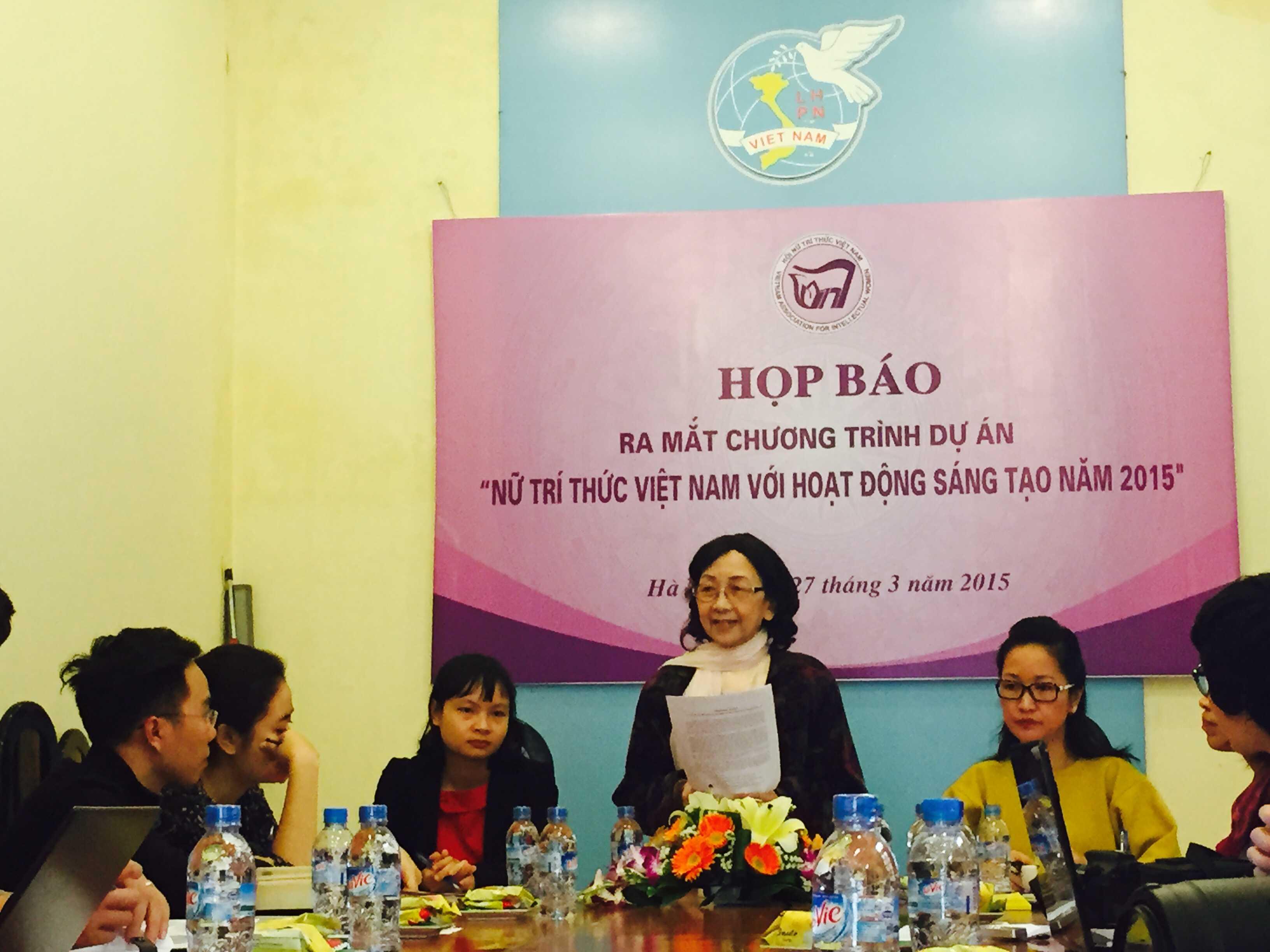 GS.TSKH Phạm Thị Trân Châu - Chủ tịch Hội Nữ trí thức Việt Nam phát biểu tại buổi họp báo.