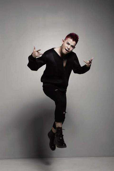 Bùi Caroon là học trò của Hà Hồ trong The Voice mùa đầu tiên, anh cũng từng tham dự X-Factor mùa đầu tiên
